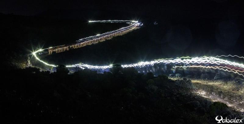 Beaucoup de monde sur le sentier et sur la route.