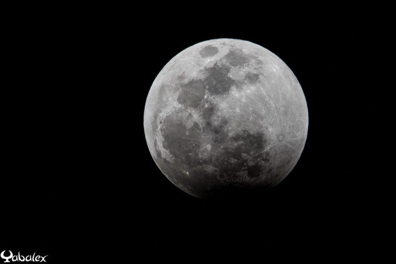 la pleine lune au début de l'éclipse