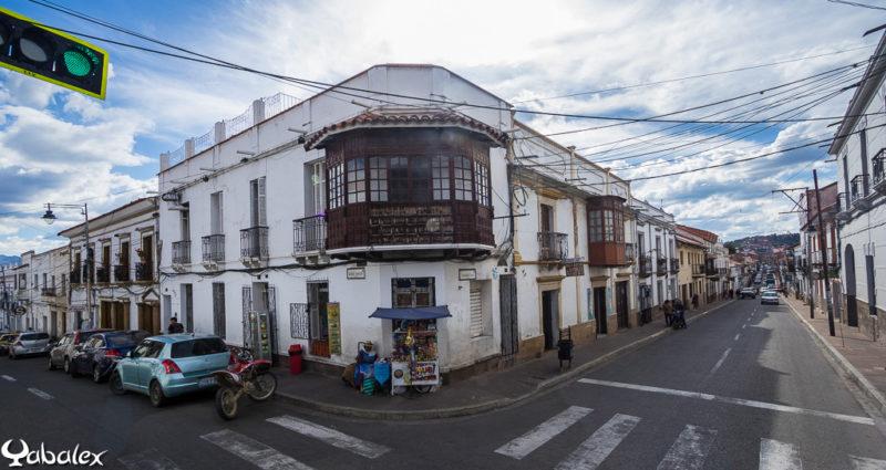 Angle de bâtiment avec balcon en bois à Sucre (Bolivie)