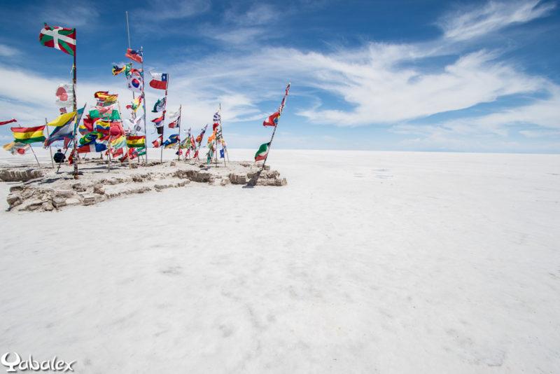 A coté d'un ancien hôtel en sel, un monticule à drapeaux - Bolivie
