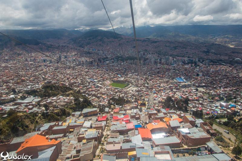 Une cuvette énorme remplie de maisons et on voit bien le stade  - Bolivie